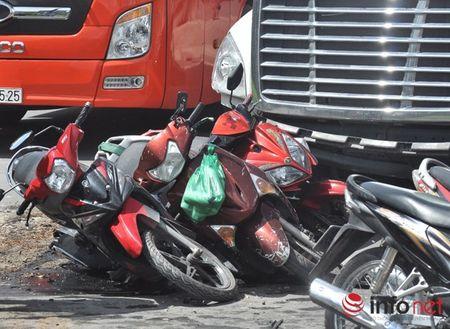 Container huc nhieu xe may tren Xa lo Ha Noi - Anh 1