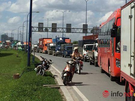 Container huc nhieu xe may tren Xa lo Ha Noi - Anh 4
