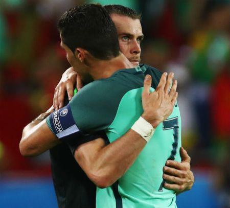 Ronaldo tiet lo loi tam su khi om Bale - Anh 1