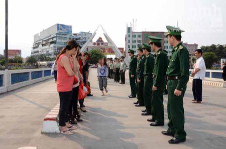 Bo doi Bien phong bat giu 62 vu buon ban nguoi - Anh 1