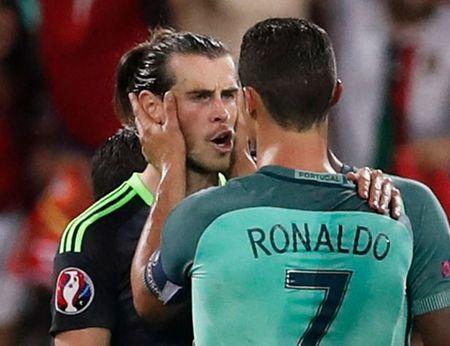 Ronaldo noi gi voi Bale sau khi Bo Dao Nha loai Wales khoi EURO 2016? - Anh 1