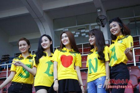 Nhung 'hot girl' xu Nghe tiep lua cho SLNA tren san Thong nhat - Anh 3