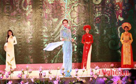 Nguoi dep pho bien duyen dang voi trang phuc ao dai - Anh 1