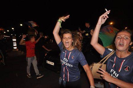 CHUM ANH: Nuoc Phap vo oa trong niem vui thang tran o EURO 2016 - Anh 11