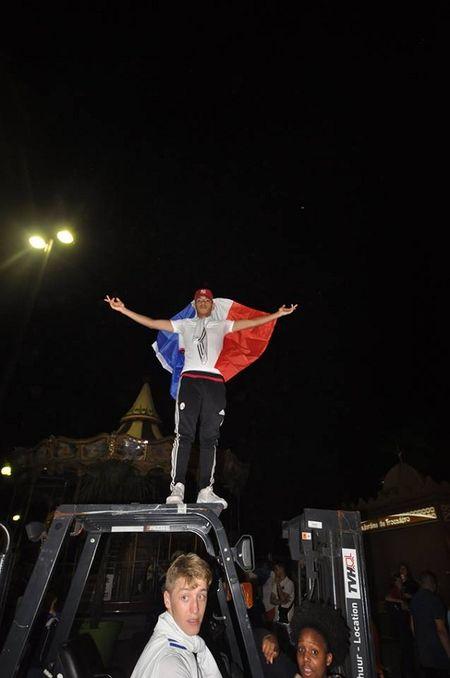 CHUM ANH: Nuoc Phap vo oa trong niem vui thang tran o EURO 2016 - Anh 6
