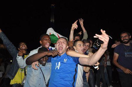 CHUM ANH: Nuoc Phap vo oa trong niem vui thang tran o EURO 2016 - Anh 8