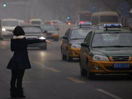 Phu nu di taxi ban dem: Nhung dieu can thuoc de chong cuop, an toan - Anh 1