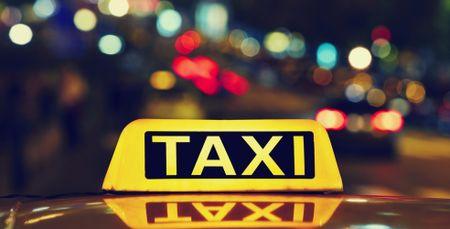Phu nu di taxi ban dem: Nhung dieu can thuoc de chong cuop, an toan - Anh 2