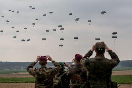 Nga, hiem hoa IS va Brexit phu bong hoi nghi NATO - Anh 1