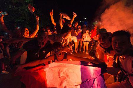CDV Viet Nam cuong nhiet co vu tran ban ket Euro 2016 - Anh 6