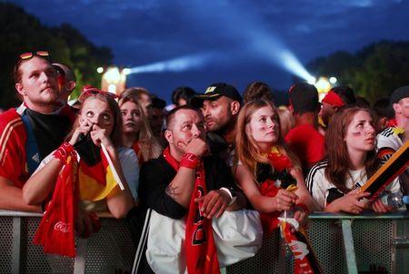 Paris do lua khi Phap danh bai Duc o Euro 2016 - Anh 11