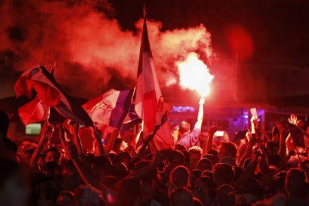 Paris do lua khi Phap danh bai Duc o Euro 2016 - Anh 1