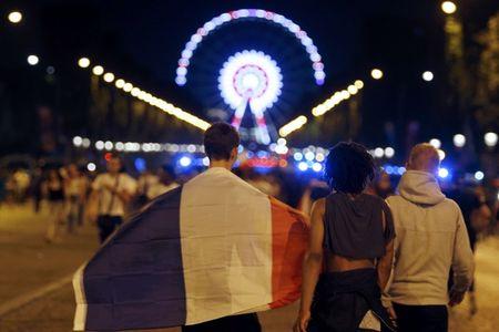 Paris do lua khi Phap danh bai Duc o Euro 2016 - Anh 4