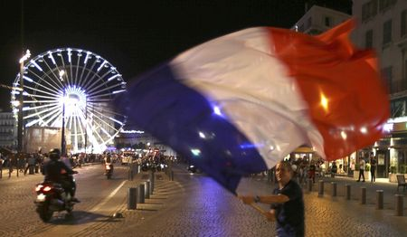 Paris do lua khi Phap danh bai Duc o Euro 2016 - Anh 6