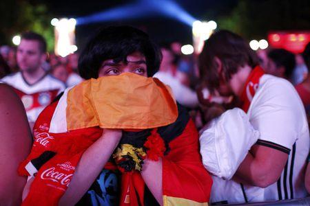 Paris do lua khi Phap danh bai Duc o Euro 2016 - Anh 9