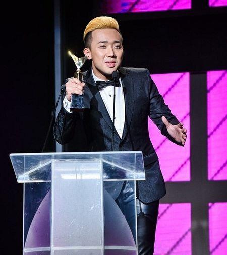 Tran Thanh trang tay o VTV Awards 2016 co phai vi an phat? - Anh 1