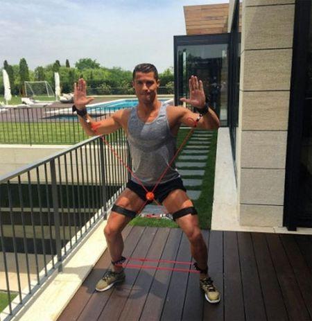Cristiano Ronaldo duy tri co bap van nguoi me the nao? - Anh 11