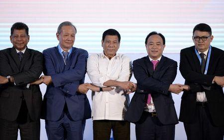 Lac long o hoi nghi ASEAN, ong Duterte lan dau mac vest - Anh 1