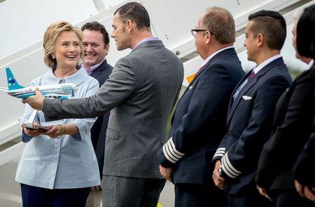 Anh: Ba Hillary Clinton hao hung khoe may bay moi - Anh 6