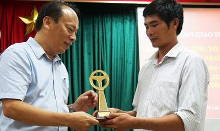 Trao cup Vo lang vang cho tai xe cuu xe khach mat thang tren deo Bao Loc - Anh 1