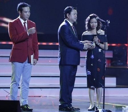 Vo Tran Lap nghen ngao thay chong nhan giai 'VTV Awards 2016' - Anh 2