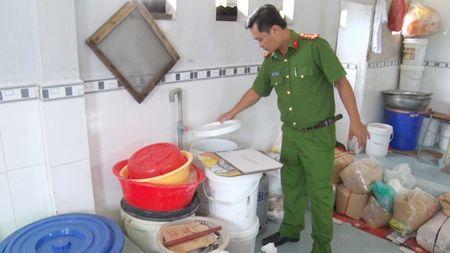 Co so lam banh trung thu gan chuong nuoi gia cam - Anh 1