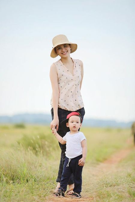 Con trai Diem Huong ngo ngac giua canh dong lua vang - Anh 3