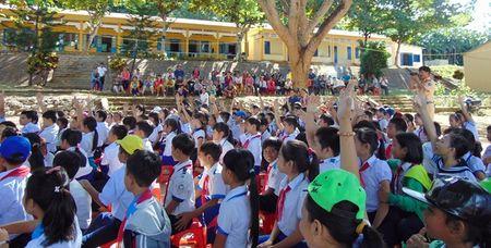 CSGT Quang Nam tuyen truyen Luat Giao thong duong bo cho hoc sinh mien nui - Anh 1