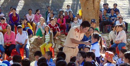CSGT Quang Nam tuyen truyen Luat Giao thong duong bo cho hoc sinh mien nui - Anh 2
