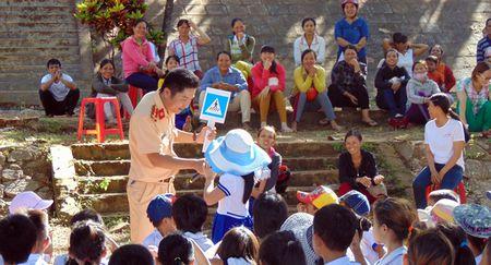 CSGT Quang Nam tuyen truyen Luat Giao thong duong bo cho hoc sinh mien nui - Anh 3