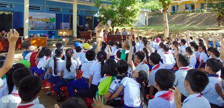 CSGT Quang Nam tuyen truyen Luat Giao thong duong bo cho hoc sinh mien nui - Anh 4