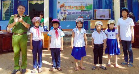 CSGT Quang Nam tuyen truyen Luat Giao thong duong bo cho hoc sinh mien nui - Anh 6
