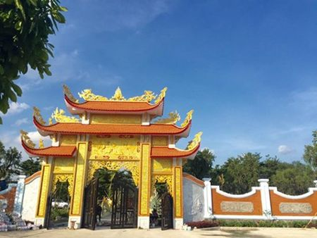 Cuoc song gian di cua Hoai Linh trong nha tho To nghiep tram ty dong - Anh 1