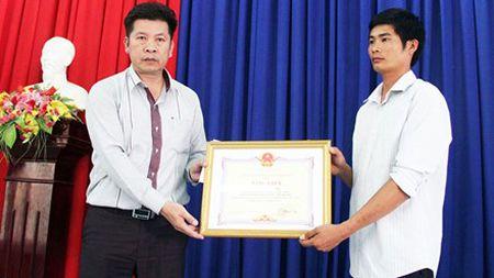 Chu tich Lam Dong thuong nong cho tai xe xe tai cuu xe khach mat phanh - Anh 1
