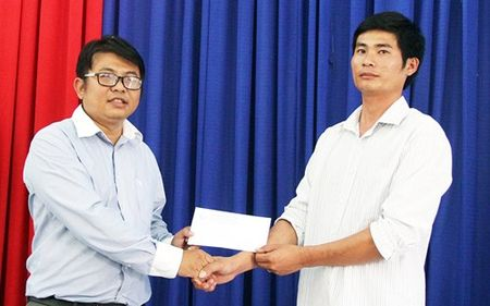 Chu tich Lam Dong thuong nong cho tai xe xe tai cuu xe khach mat phanh - Anh 2