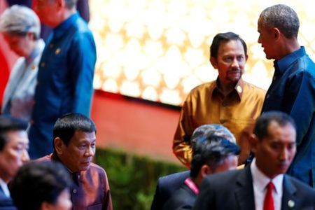 Ong Obama va Duterte bat tay sau su co ngoai giao - Anh 1