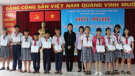 Hon 200 hoc sinh ngheo nhan hoc bong Nguyen Huu Tho - Anh 1