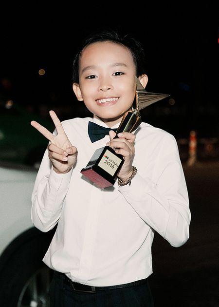 'Cau be hat dam cuoi' Ho Van Cuong bi fan vay kin sau khi nhan giai 'VTV Awards' - Anh 1