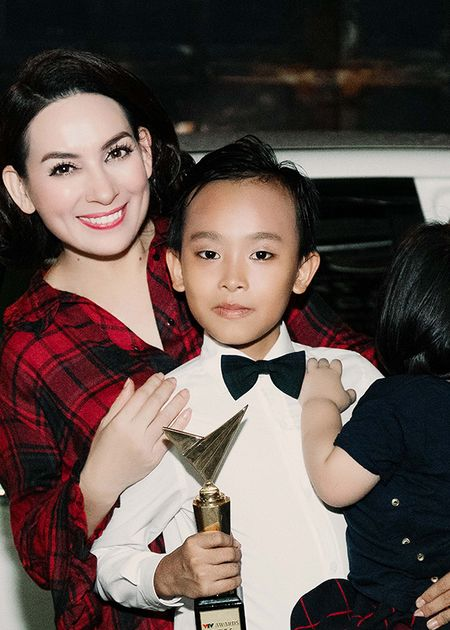 'Cau be hat dam cuoi' Ho Van Cuong bi fan vay kin sau khi nhan giai 'VTV Awards' - Anh 2