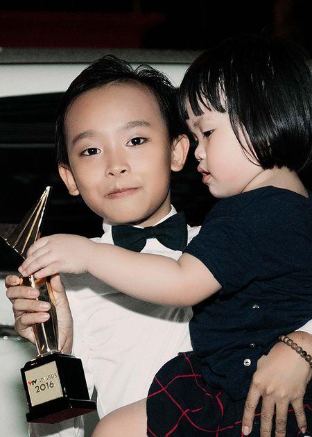 'Cau be hat dam cuoi' Ho Van Cuong bi fan vay kin sau khi nhan giai 'VTV Awards' - Anh 3