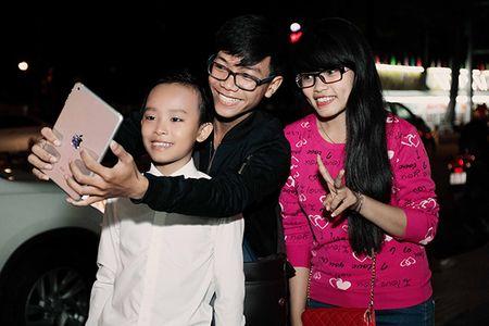 'Cau be hat dam cuoi' Ho Van Cuong bi fan vay kin sau khi nhan giai 'VTV Awards' - Anh 4