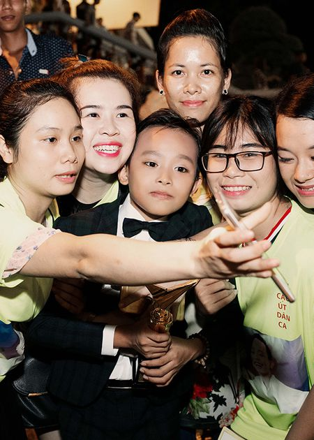 'Cau be hat dam cuoi' Ho Van Cuong bi fan vay kin sau khi nhan giai 'VTV Awards' - Anh 5
