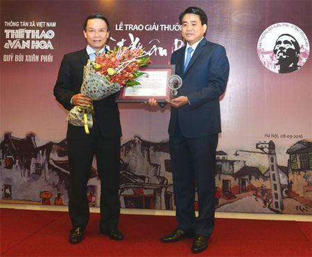 Chu tich UBND TP Ha Noi Nguyen Duc Chung nhan giai Bui Xuan Phai - Anh 1
