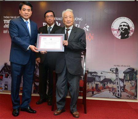 Chu tich UBND TP Ha Noi Nguyen Duc Chung nhan giai Bui Xuan Phai - Anh 2