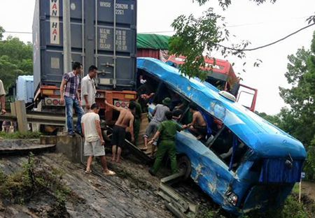 4 xe tong lien hoan, nhieu hanh khach gap nan - Anh 2