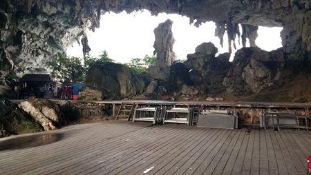 Cham dut hoat dong an uong trong cac hang dong tren vinh Ha Long - Anh 1