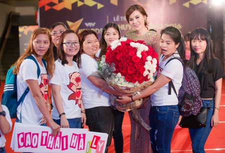 Fan tang bo hoa 'khung' an ui Cao Thai Ha sau khi vuot mat giai thuong - Anh 1