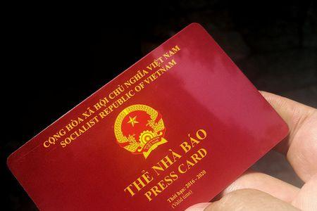 Trinh the nha bao gia de xin CSGT bo qua loi vi pham - Anh 1
