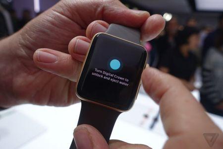 Apple Watch Series 2: Chiu nuoc o do sau 50m - Anh 1