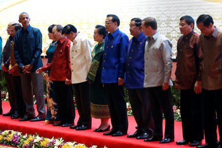 Ong Obama va Duterte tro chuyen sau vu thoa ma - Anh 1